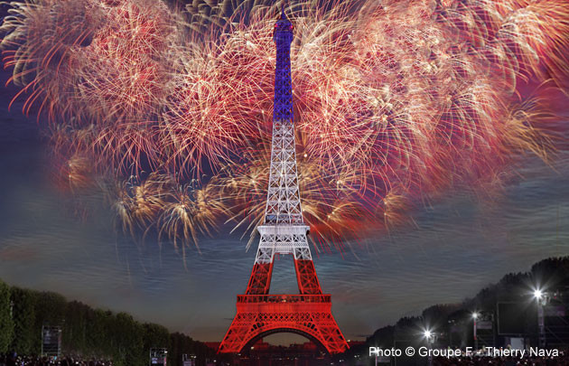 14-juillet-feu-artifice-Tour-Eiffel-tricolore-|-630x405-|-©-Groupe-F-Thierry-Nava_block_media_very_big